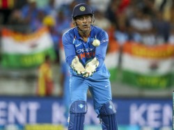 Ms Dhoni Prevents Indian Flag From Touching The Ground Fans Applause His Patriotism