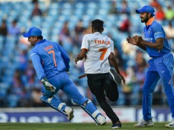 India Versus Australia 2019 Second Odi Dhoni Makes Pitch Invader Chase Him