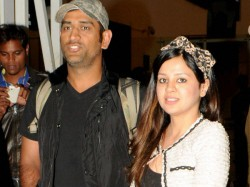 Ipl Dhoni Sakshi Take A Nap At Airport After Late Night Finish